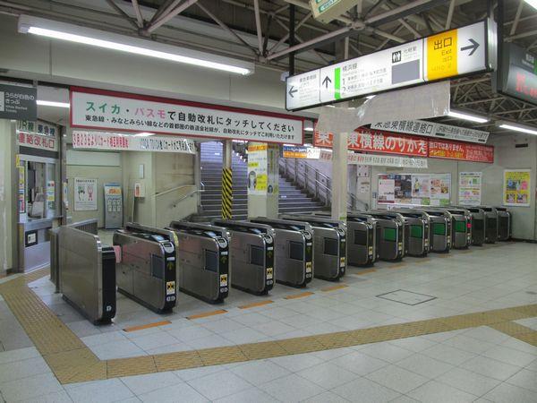 今後改札口の完全分離が予定されている菊名駅のJR・東急乗換改札口