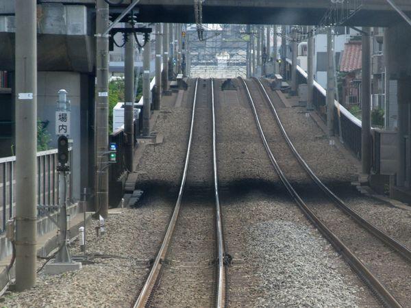 B:大倉山~菊名間にある下り線の場内標識。ここからシーサスまでは引上線を兼用している。