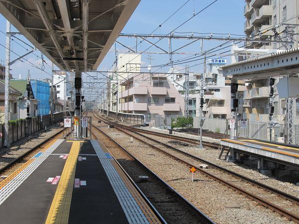 D:菊名駅ホームの渋谷方端にある出発・入換信号機。右の3・4番線は今回新設されたもの。