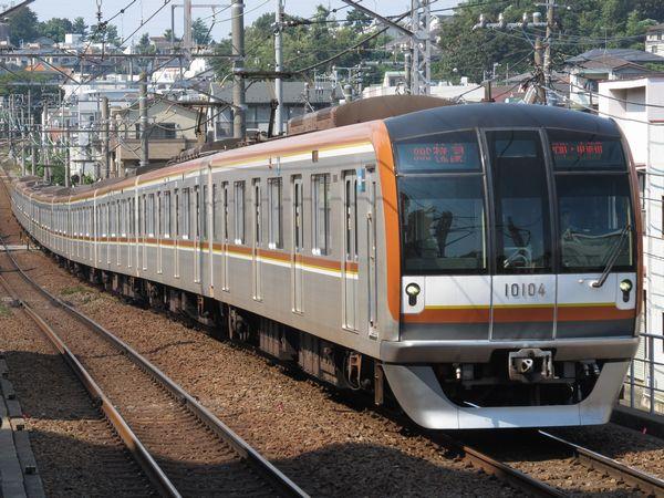 東白楽駅を通過する10両編成の東京メトロ10000系