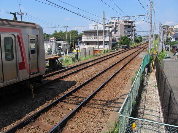 今後優等列車対応通路が設置される妙蓮寺駅渋谷方のホーム端