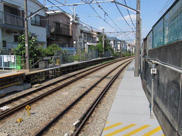 白楽駅の優等列車は最初期に設置されたもので、他の駅より粗雑な構造となっている。