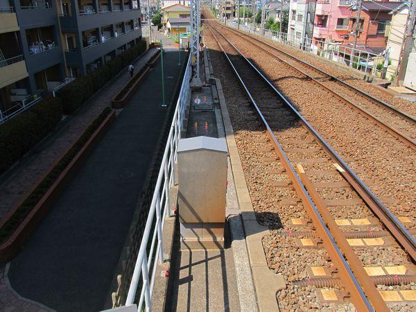 ホームの先では優等列車対応通路の台座を設置するためボルトの打ち込みが始まっていた。