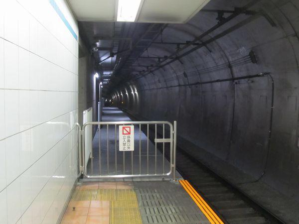 反町駅横浜方の優等列車対応通路。