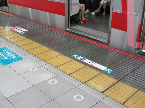 上り列車は「各停は右側」「急行・特急を左側」として乗車待機列を分けている。
