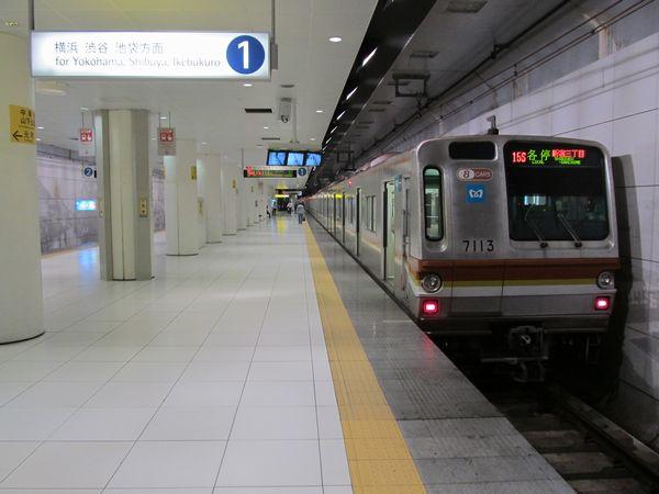 元町・中華街駅に停車中の東京メトロ7000系