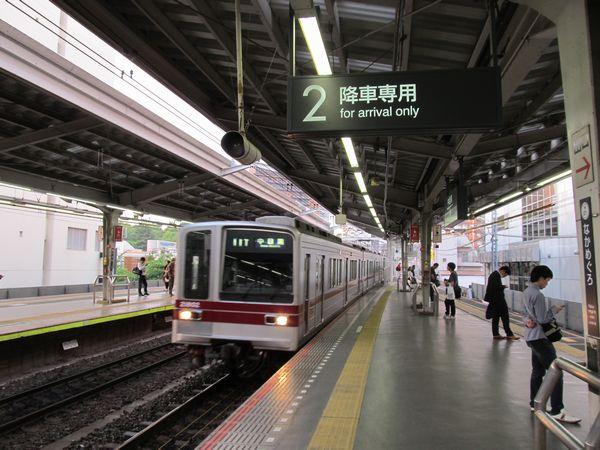 日比谷線と東横線の直通は廃止されたため、2番線は「降車専用」になった。