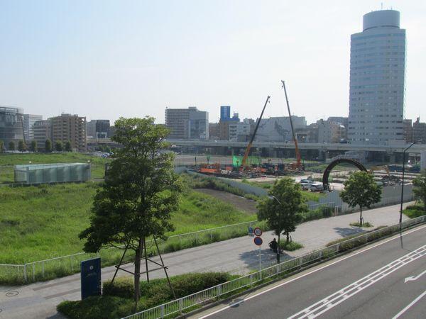 新高島駅横浜方の地上。右側に見えるリング状の物体がトンネル補強用の枠。