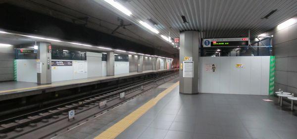 新高島駅ホーム上に設置されたトンネル補強工事用の資材置場