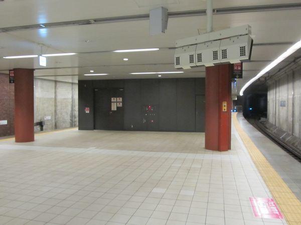 馬車道駅のホーム延長部分を既存ホーム側から見る。