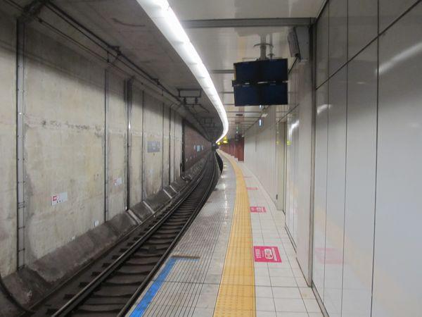 馬車道のホーム延長部分を延長された側から見る。上下線の間に機械室があるため延長部分は狭い。