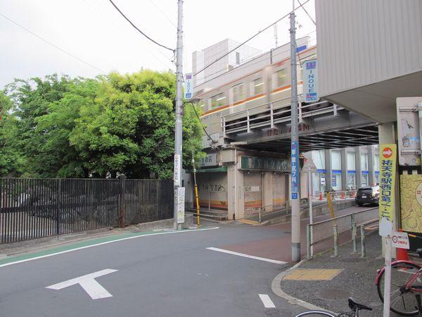 西口前から渋谷方面の高架橋を見る。左の樹木の部分に新しい上り線の高架橋が建設される。
