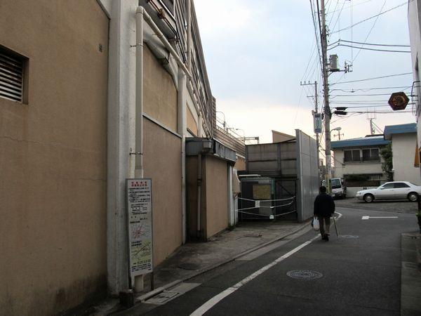 西口前の道路を横浜方面に進んだところ。ここには東急ストアの搬入口があった。