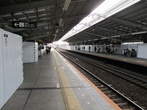着工から1年が経った祐天寺駅のホーム。ホーム上は壁材を撤去するため多数の囲いが設置されている。