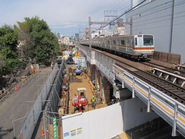 上り線渋谷方のホーム端から高架下で行われている工事の様子を見る。この先は中目黒駅に向かって35パーミルの下り勾配になっている。