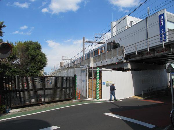 同じ部分を高架下から見る。先ほどの「西口前から渋谷方面の高架橋を見る」とキャプションを付けた写真と同じ位置。