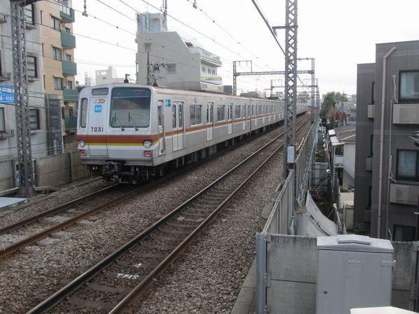 上り線横浜方のホーム端。右下の高架橋と民有地のわずかな空間で工事が行われている。