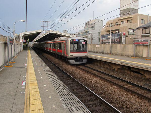 祐天寺駅ホーム横浜方。今立っている場所が将来の上り線の予定地である。