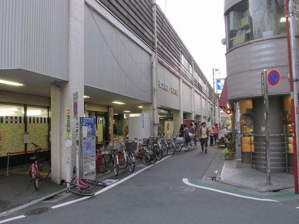祐天寺駅西口。すぐ前が住宅地であるため、独立した駅舎などは存在しない。