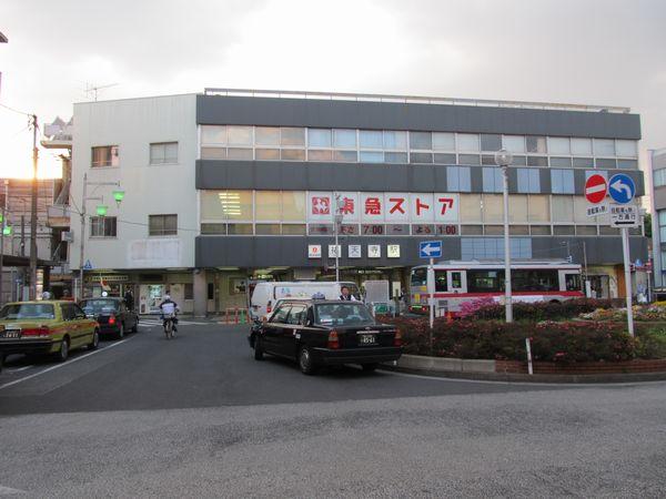 祐天寺駅東口。こちらはビルが併設され、バスターミナルもあるなどメインの出入口となっている。