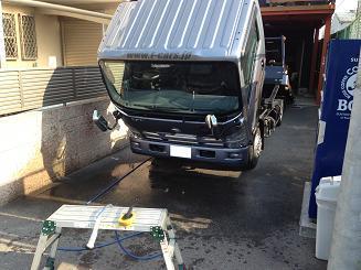 朝からトラック洗ってます