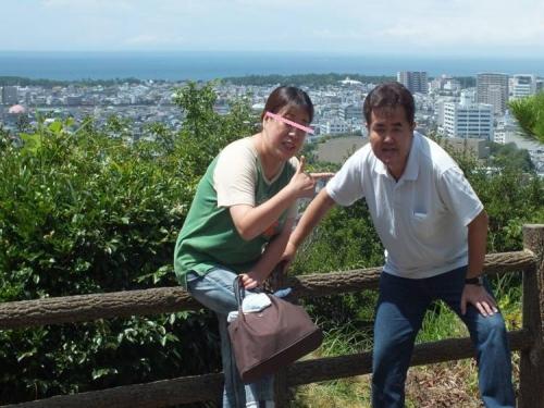沼津市香貫山からの光景をバックに夫婦2人の記念写真を
