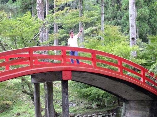 盆休みに静岡県周智郡森町の森の石松の墓の橋で嫁が撮った記念写真ですがな