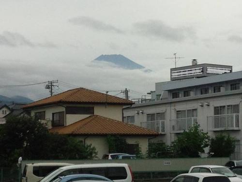 母の入院する病院ぼ駐車場から富士山の頭が見えたのでシャメ写真を撮った