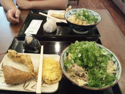 讃岐釜揚げうどん丸亀製麺でネギたっぷりのぶっかけうどんに天ぷらやおむすびと一緒に嫁と食べて満腹で美味かった写真です