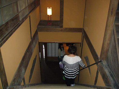 玄関正面の階段を2階方向から