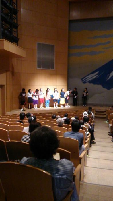 終演後、挨拶の高校生