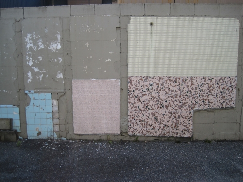 街中のタイル遺跡