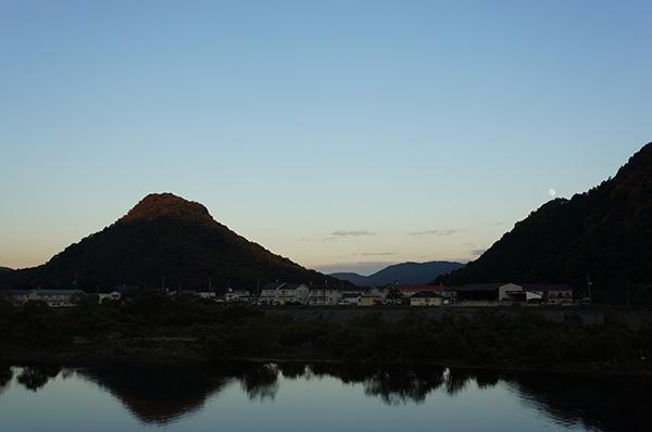 逆さ赤磐富士と名月