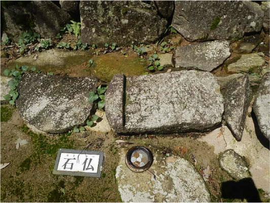 石段に残る石仏