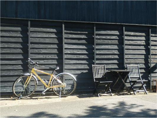 八幡堀沿いのカフェ前