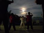 月光に浮かぶ周老師の姿
