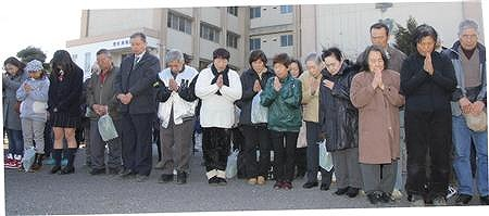 福島県双葉町の方角に向かって黙祷