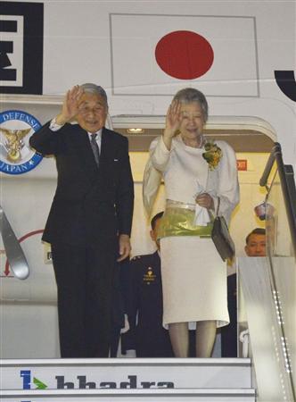 インド公式訪問を終え、日本に向けて出発される天皇、皇后両陛下=5日夜、インド・チェンナイ空港(代表撮影)