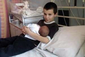 Baby-Maisie-being-held-by-Alfie-Patten.jpg