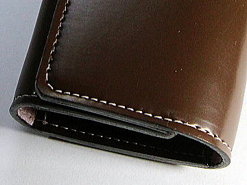チョコブラウンの人工皮革ランドセルを薄ピンクのステッチでキーケースにリメイク