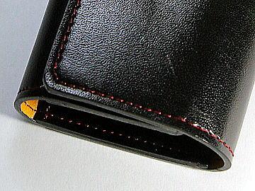 ブラック(黒)のコードバンランドセルをヴァーガンディ(濃赤)のステッチでキーケースにリメイク