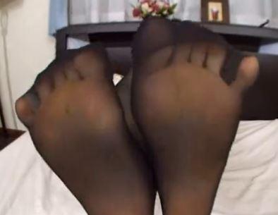 美女の黒パンストをビリビリ破って足指や足裏を足舐めの脚フェチDVD画像1