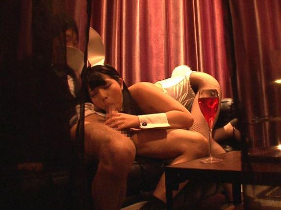 デカ尻バニーの上原亜衣が網タイツ着衣SEXで潮吹きしまくるの脚フェチDVD画像1