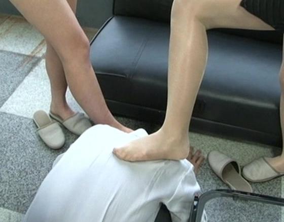 ドS女のOLとギャルに足コキ責めされペニパンでアナルを犯されるの脚フェチDVD画像1