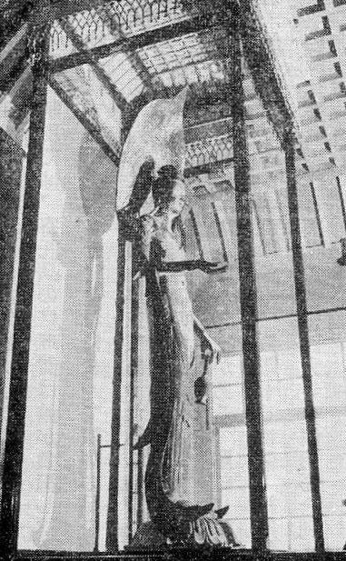 奈良帝室博物館のガラスケースに展示された法隆寺・百済観音像