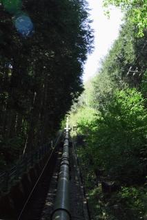 旧東海道:畑宿の発電所に向かう水管