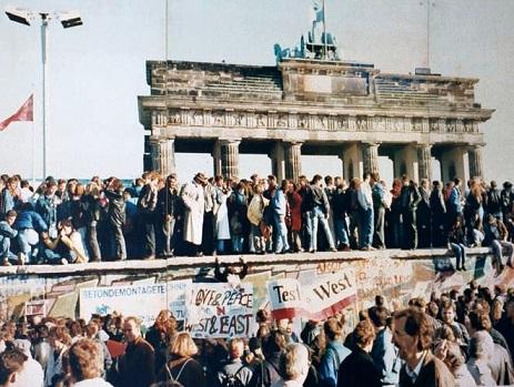 壁の「崩壊」を祝うベルリン市民