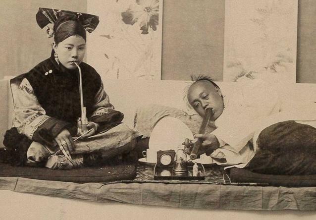 アヘンを吸う中国人