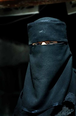 640px-Muslim_woman_in_Yemen.jpg