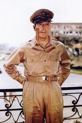 Douglas_MacArthur_smoking_his_corncob_pipe.jpg